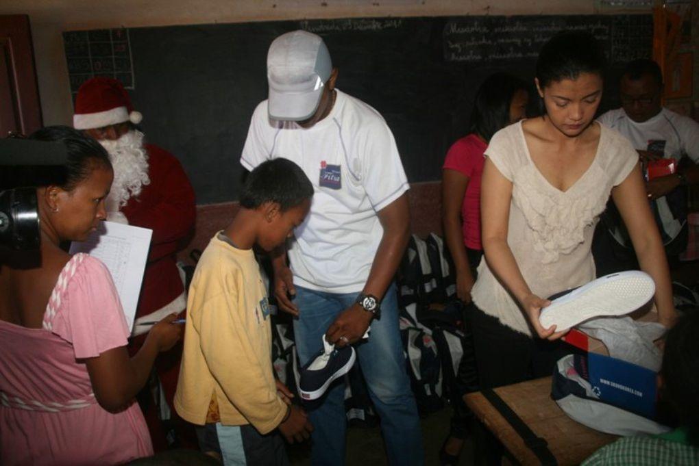 12.12.2011. Sacs à dos, chaussures de sport, jouets pour les quelque 1.400 élèves des Epp d'Andranonahoatra et Andohatanjona sis à Itaosy, dans le cadre du NOEL PARTAGE de Mialy Rajoelina et l'association FITIA.