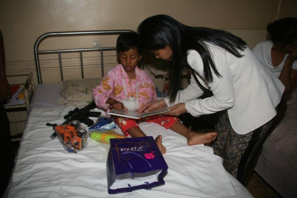 Mialy Rajoelina, Présidente de l'association FITIA, offre des jouets à 250 enfants hospitalisés, issus des couches défavorisées d'Antananarivo.