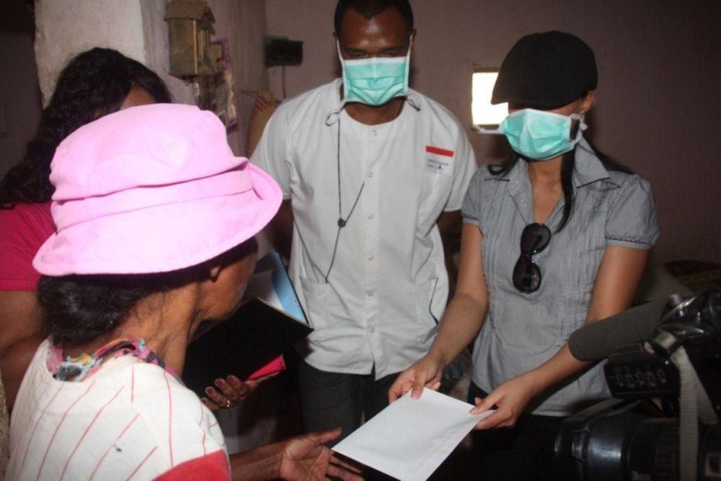 4 octobre 2011. Mialy Rajoelina et l'association Fitia Madagascar à la rescousse des diminués physiques de son quartier de résidence.