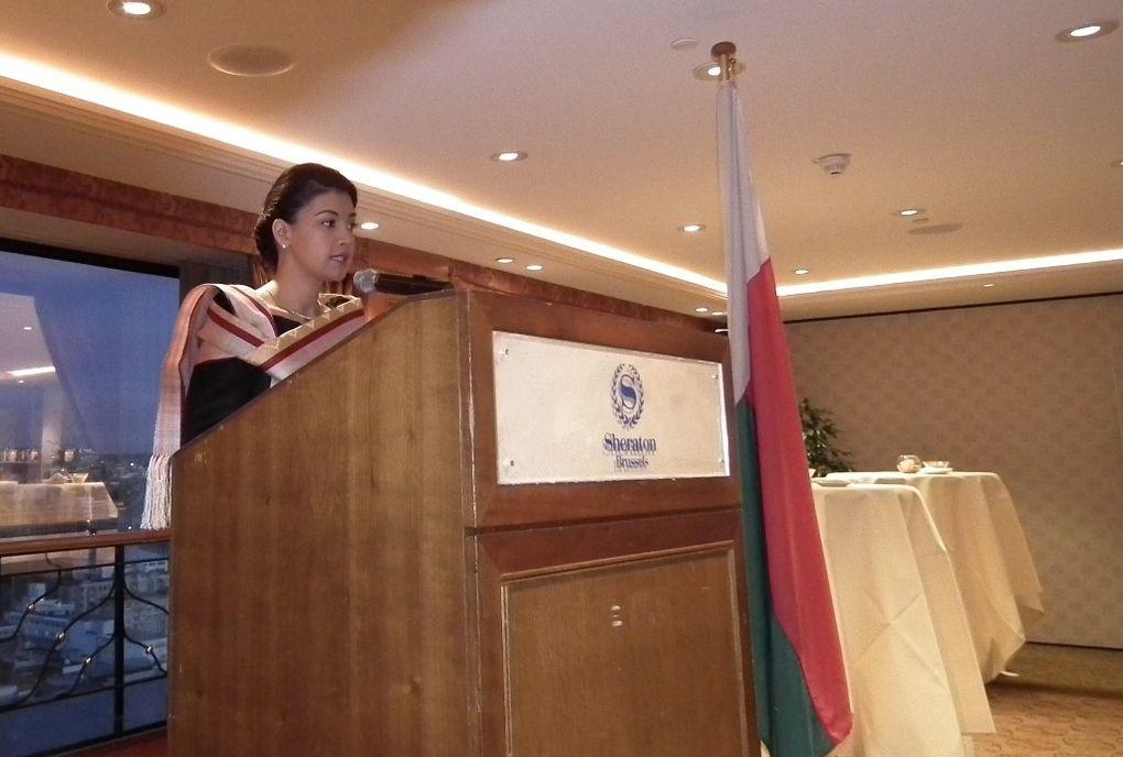 """4 novembre 2011, 30è étage du Sheraton Brussels. JCI Madagascar Cocktail. Mialy Rajoelina, Première Dame de l'Etat, Président de l'association Fitia, présente celle-ci à travers le film """"Association Fitia following the MDC"""", après un speech en"""