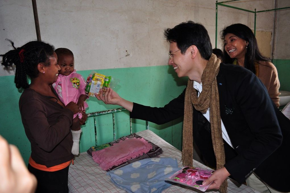 09/09/2011. Mialy Rajoelina, Présidente de l'Association FITIA, et Kentaro Harada, Président mondial de la JCI, visitent l'hôpital Be de la ville Toamasina. Photos : Mika kely