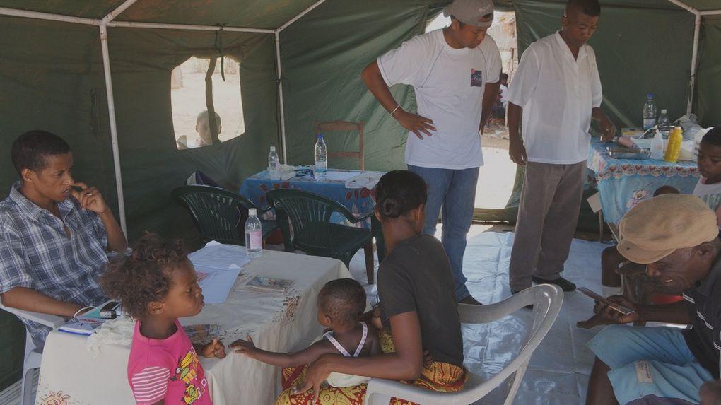 Les membres de l'Association Fitia à Ankiembe, Toliara, pour venir en aide aux sinistrés du cyclone Haruna. Photos: Harilala Randrianarison
