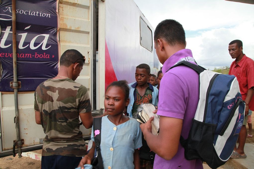 Actions sociales des membres de l'Association Fitia sur la RN7, de retour de Toliara. Photos: Harilala Randrianarison