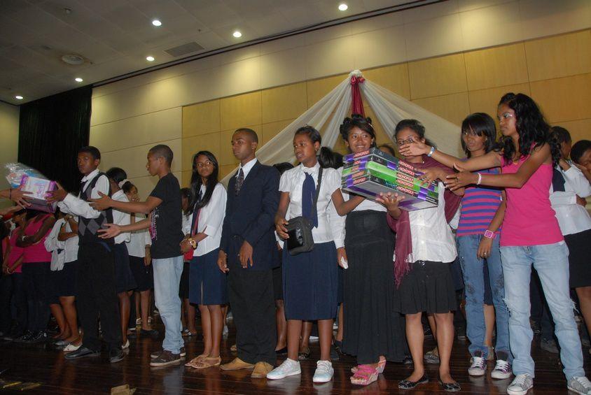 Mialy Razakandisa Rajoelina, présidente de l'association Fitia , a organisé une journée de la Nativité 2012 pour les enfants handicapés physiques et mentaux de 9 institutions spécialisées et pour des personnes du 3è âge. Photos: Harilala R.