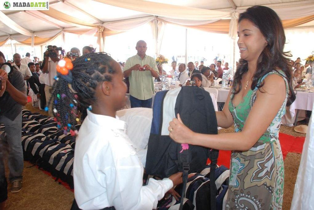 Mialy Rajoelina, Première Dame et Présidente de l'association Fitia, a commencé la distribution de kits scolaires au nouveau lycée catholique d'Ihazolava (LCDI) à Ambatolampy