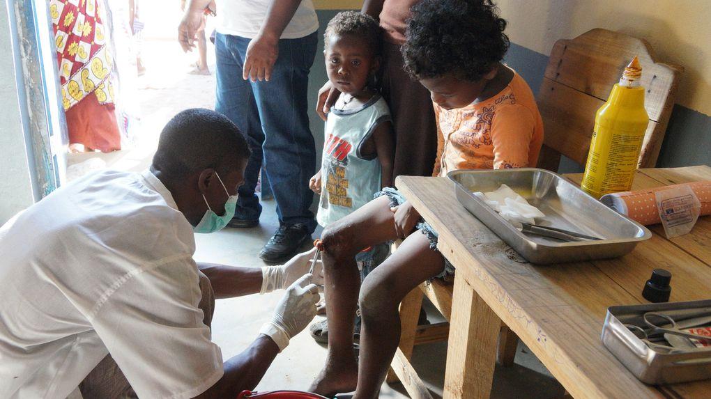 Les membres de l'Association FITIA, fondée et présidée par Mialy Rajoelina, au secours des sinistrés du cyclone Haruna à Toliara I et II. Photos: Harilala Randrianarison