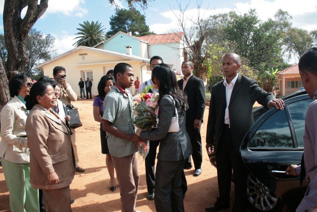 Première Dame et Présidente de l'association Fitia, Mialy Rajoelina visite les Orchidées Blanches et lance officiellement la 39è opération Brioche, depuis 1972. Première série de photos.