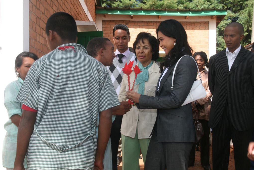 Première Dame et Présidente de l'association Fitia, Mialy Rajoelina visite les Orchidées Blanches et lance officiellement la 39è opération Brioche, depuis 1972. Seconde série de photos.