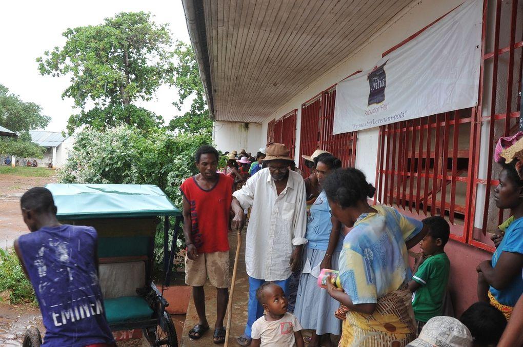 Les membres de l'Association FITIA, fondée et présidée par Mialy Rajoelina, au secours des sinistrés du cyclone Haruna à Sakaraha. Photos: Harilala Randrianarison