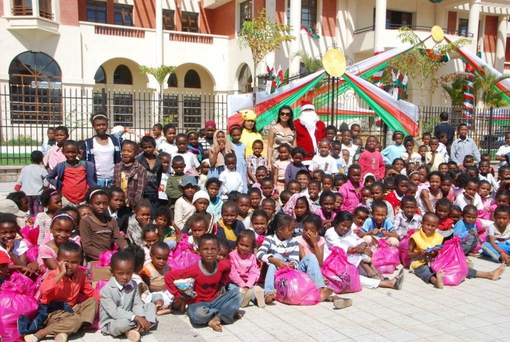 19 décembre 2010, Hôtel de Ville d'Antananarivo. Noël, c'est la fête des enfants. L'association FITIA, présidée par Mialy Rajoelina, a procédé à une distribution de cadeaux aux 800 enfants les plus démunis des 6 arrondissements.