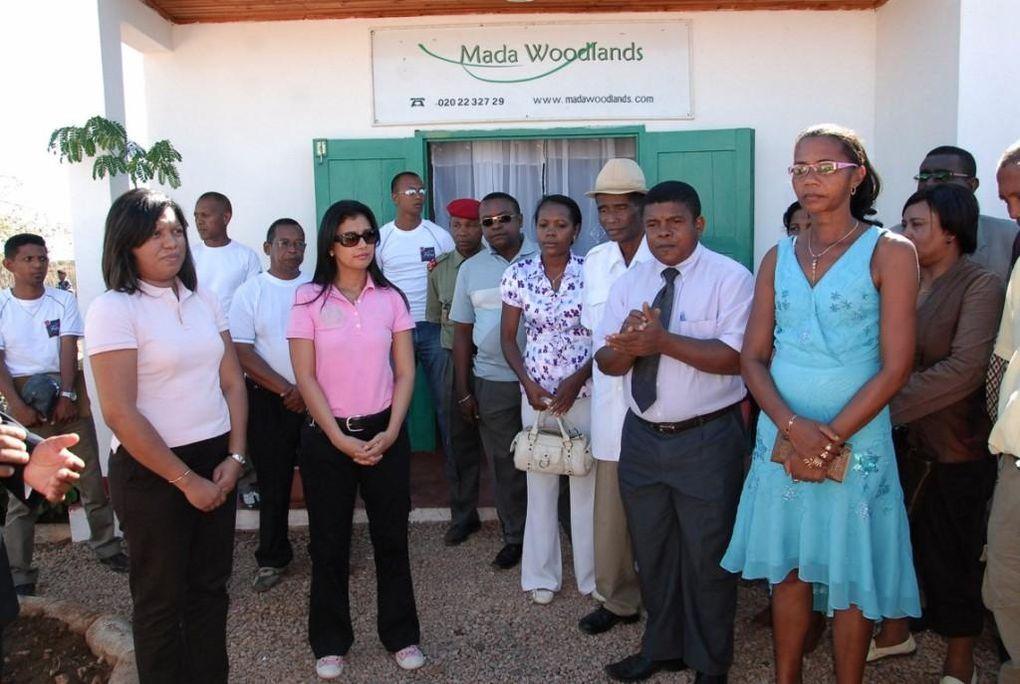 Mialy Rajoelina, Présidente de l'association FITIA à Mampikony pour inaugurer une école financée par MadaWoodLands et distribuer fournitures scolaires et PPN. Visite du centre écologique. Photos: Mika Kely