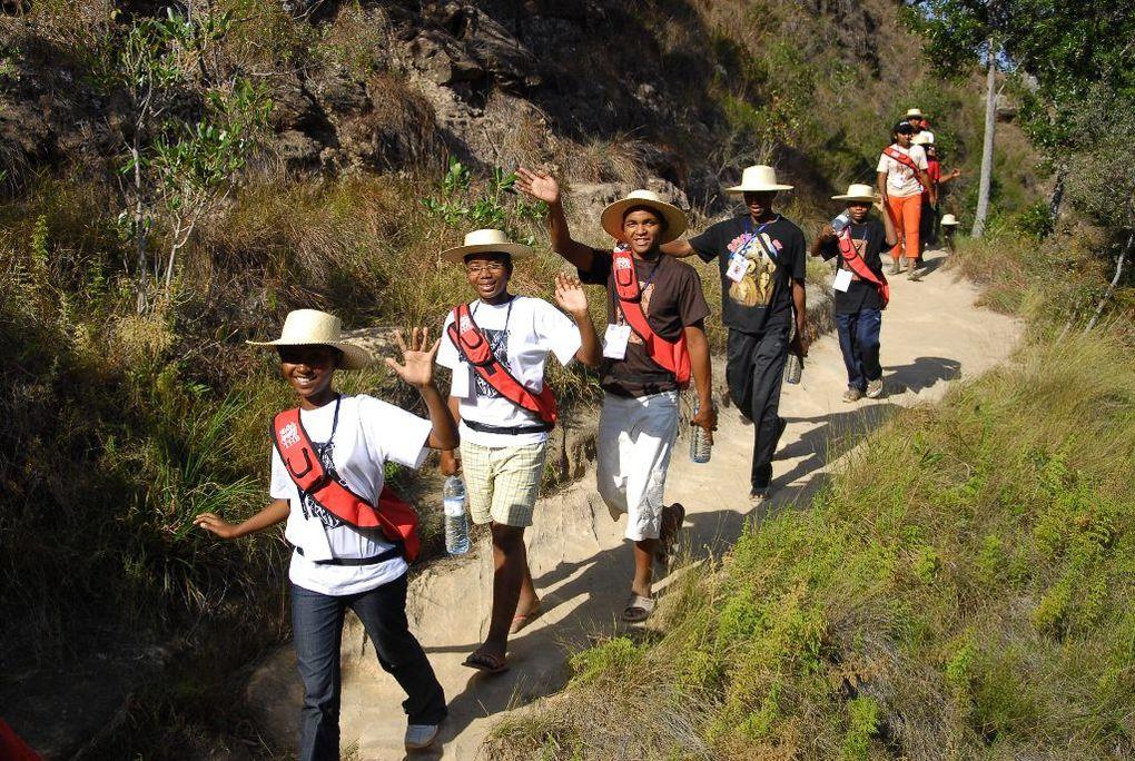 Les lauréats du BEPC malgache 2010 dans le célèbre massif de l'Isalo avec Mialy Rajoelina