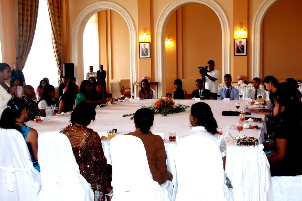 Décembre 2010. Avanrt le départ pour Nosy Be, les bacheliers malgaches de 2010 ont séjourné à l'hôtel Ibis et été accueillis au Palais d'Etat d'Iavoloha par Mialy Rajoelina, Première Dame et Président de l'Association Fitia.