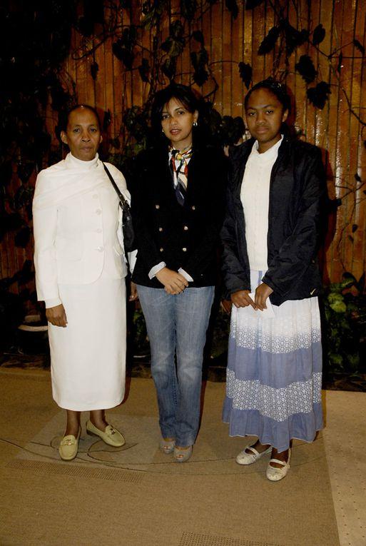 14 novembre 2010, aéroport d'Ivato. Départ des 4 boursiers du baccalauréat malgache pour le Maroc, gràce à l'association Fitia de Mialy Rajoelina. Photos de Michaël Rakoto Ramambason