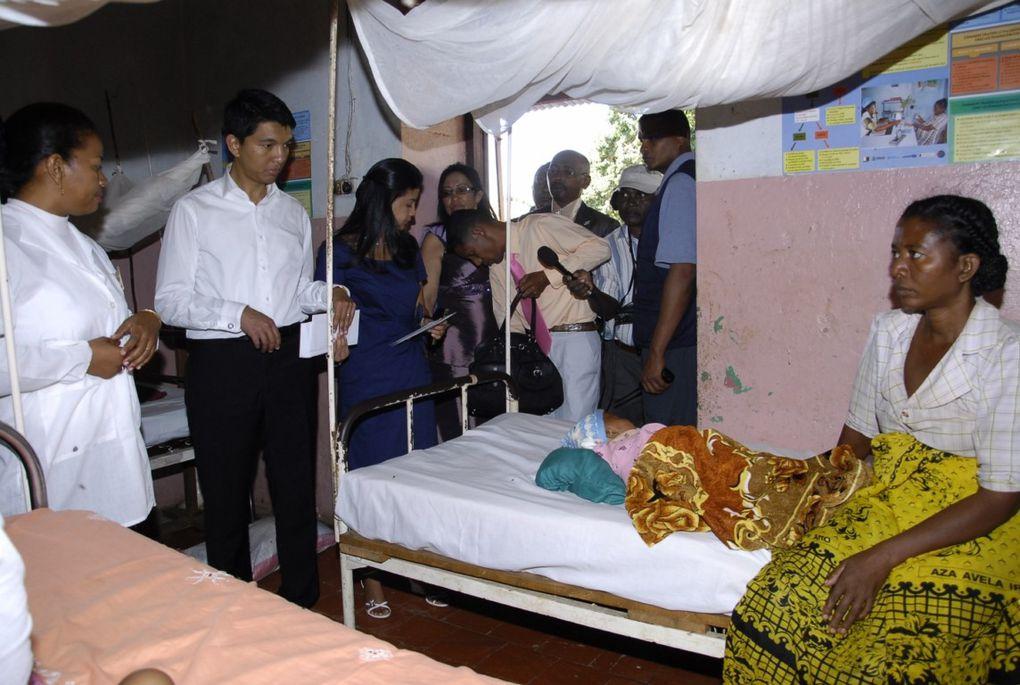 Visite du CHRR de Maintirano. Dons de packs de PPN, couvertures et octroi d'une enveloppe financière à chaque malade.