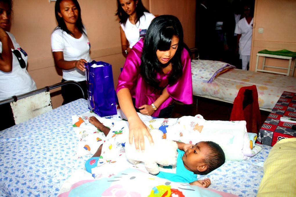 A la veille de la Noël 2010, Mialy Rajoelina, Présidente de l'association FITIA a fait le tour des services pédiatriques d'Antananarivo, pour apporter un rayon de soleil aux enfants malades.