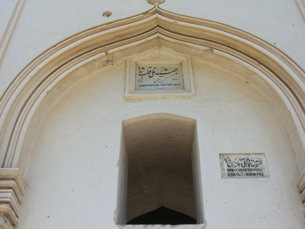 Le panorama de Golconda, les tombes fasteuses des Sultans Qutb ou la foule de Charminar, ses bazars et ses couleurs.
