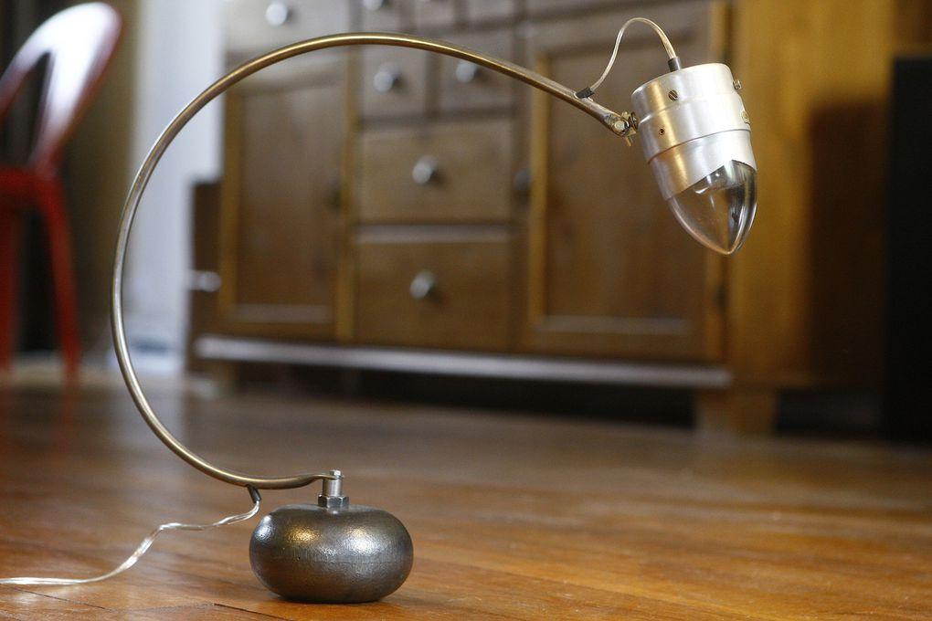 De voiture, de moto, de mobylette ou de vélo, je recycle tous ces anciens phares, datant des années 30 à 50, pour faire des lampes. Le plus complexe étant d'intégrer une douille et une ampoule 220 volts dans les minuscules phares de vélos.