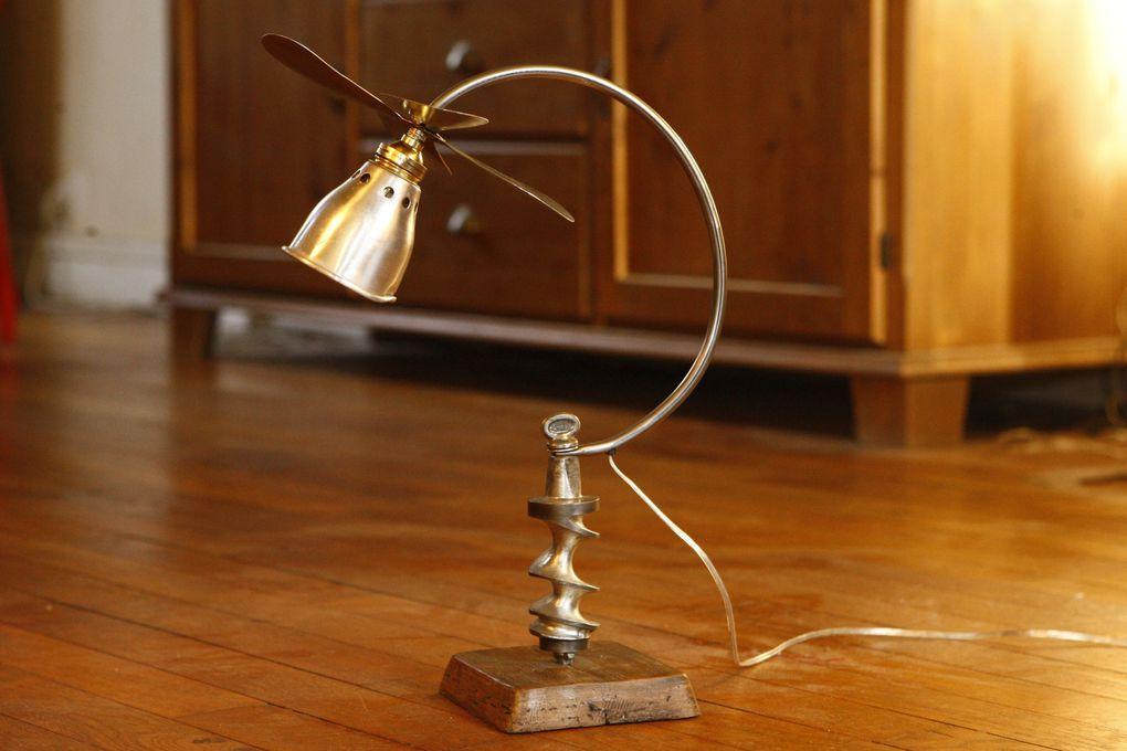 Parfois étranges, toujours originales et décalées, ces lampes sont le résultat d'une association, parfois anachronique, entre différents objets que rien ne prédestinait à la conception d'une lampe.