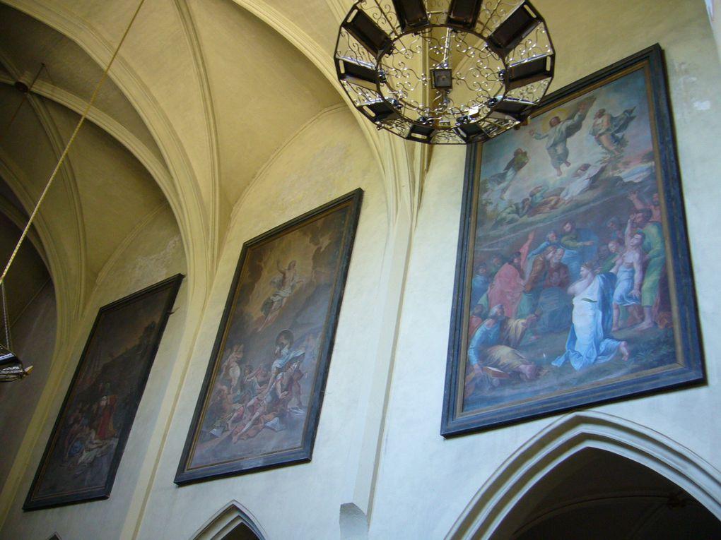 Lumineuse et colorée, l'Eglise est de style provençal. Elle domine le Rhône.
