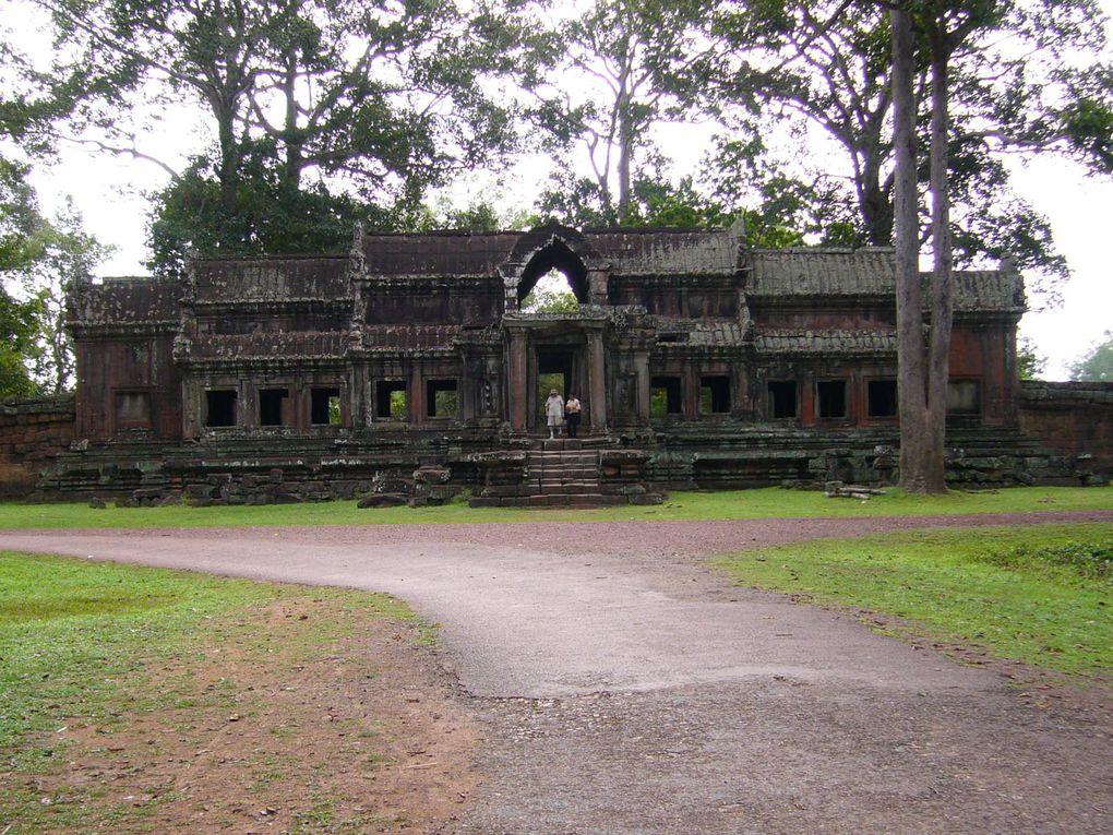 2 jours passés à Angkor, avec un bref passage à Siem Reap où se trouve l'aéroport. Trop court, pour ce qui constitue un des sommets de l'art et de l'architecture, à une époque où l'Europe était en plein Moyen-Age... personnellement ce fut un