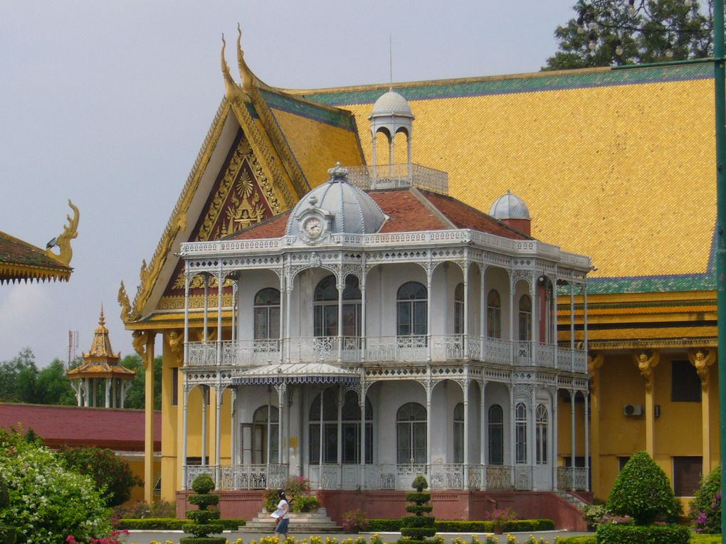 Une visite dans Phnom Penh, remarquable capitale du Cambodge. Au hasard des rues et des rencontres, j'ai photographié des lieux, des monuments et des personnes (avec leur autorisation toujours), des temples et des Bouddhas, la nature exubérante sou