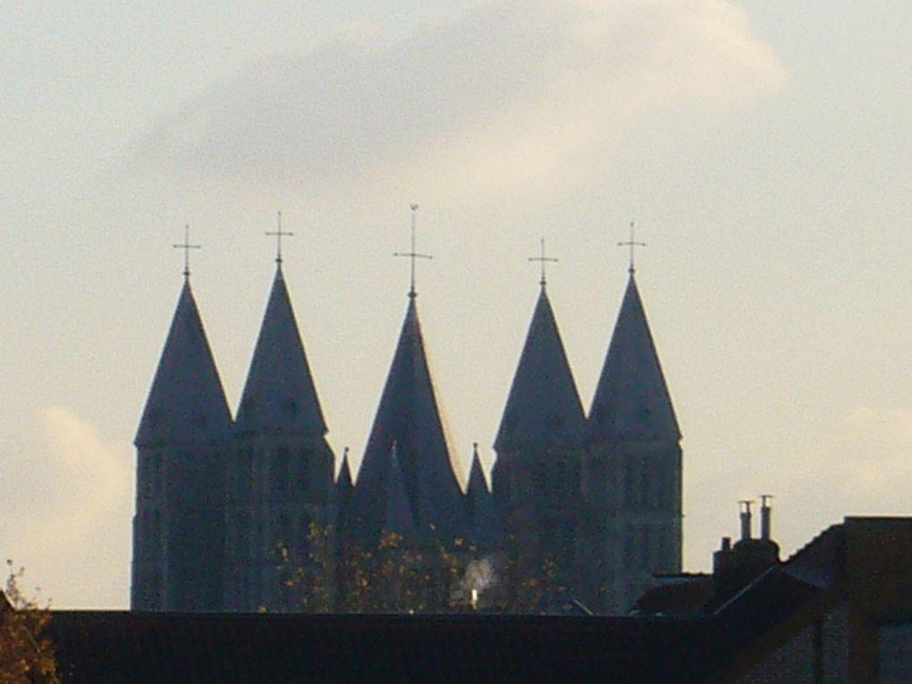 Une visite sous différents climats de la superbe Cité des 5 clochers, un printemps fleuri étonnant, quelques photos d'orgues (Eglise St Quentin), la grand-place et environs...
