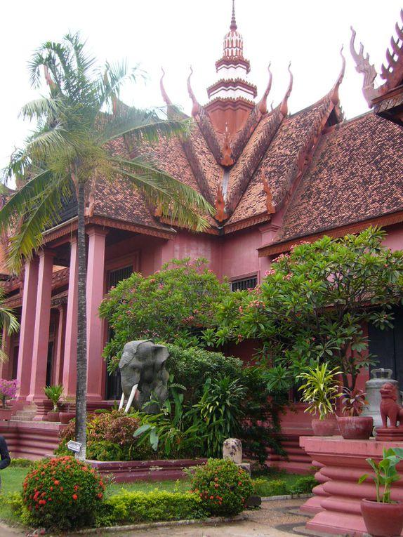 suite de la visite, avec un passage inoubliable au musée d'art khmer, où on ne peut photographier qu'à l'extérieur, dans la seule église catholique de la ville, un après-orage tropical mémorable...