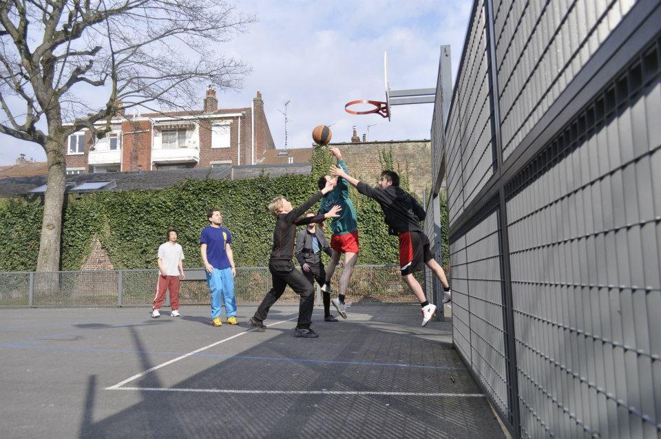 Fous tes baskets, viens au basket !