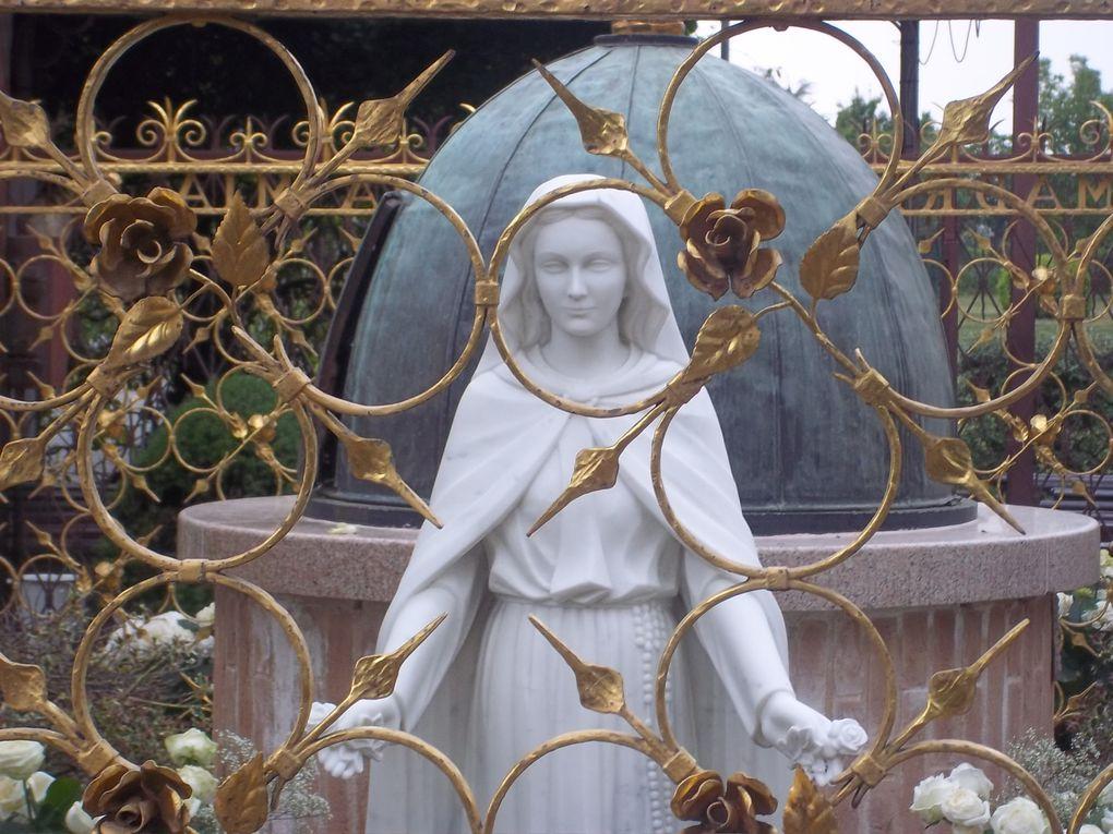 Voici quelques photos prises aux pieds de Notre Dame Miraculeuse des Roses dans ce qu'elle appelle elle-même son petit jardin de Paradis.