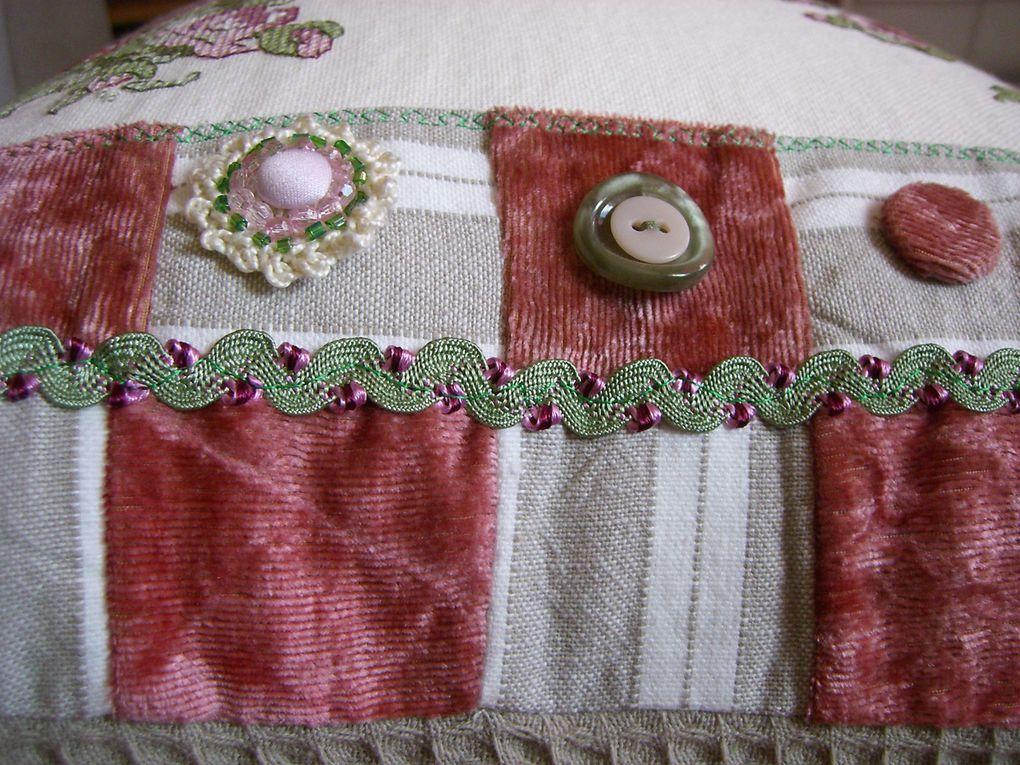 montage de coussins avec chutes de tissus et broderies au point de croix