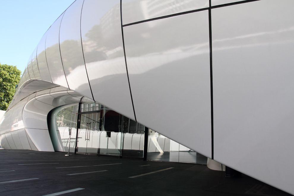En ce printemps 2011, un nouvel objet est venu se poser  au milieu de la cour de L'Institut du Monde Arabe.Il s'agit d'un pavillon de 700 m² dessiné par  L'Architecte Zaha Hadid  pour la maison Chanel et destiné originairement à présent