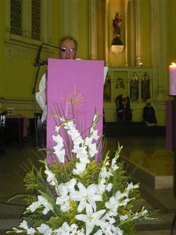 Un cri pour la justce ! 20 ans après son assassinat, l'oeuvre du Padre Gabriel se poursuit. La manifestation commence sur une grande place de Vitoria, puis un cortège se forme pour monter l'artère principale de Vitoria en direction de la Cathédri