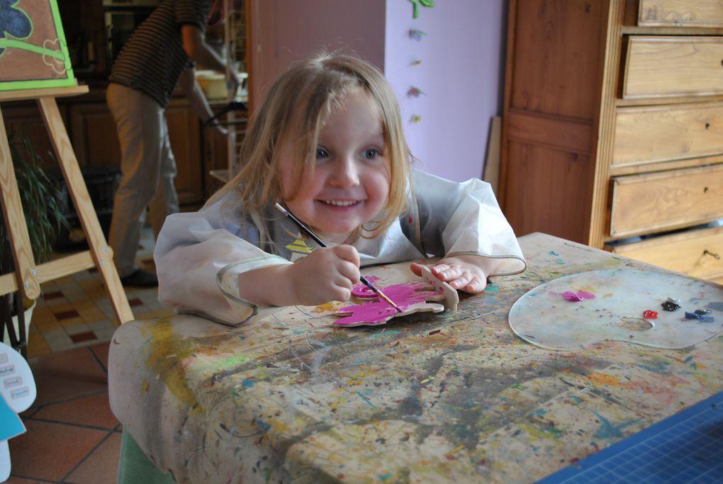 a l'atelier l'enfant va pouvoir fabriquer et  creer selon ses envies, tout en s'amusant.