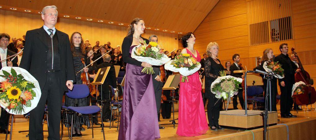 Veitshöchheimer SMSV-Projektchor feierte am 14. Oktober 15jähriges Bestehen mit Bach's H-Moll Messe im Großen Saal der Hochschule für Musik WürzburgMitwirkende waren Susanne Pfitschler- Schmitt (Sopran), Vera Völker (Sopran), Barbara Buffy (Al