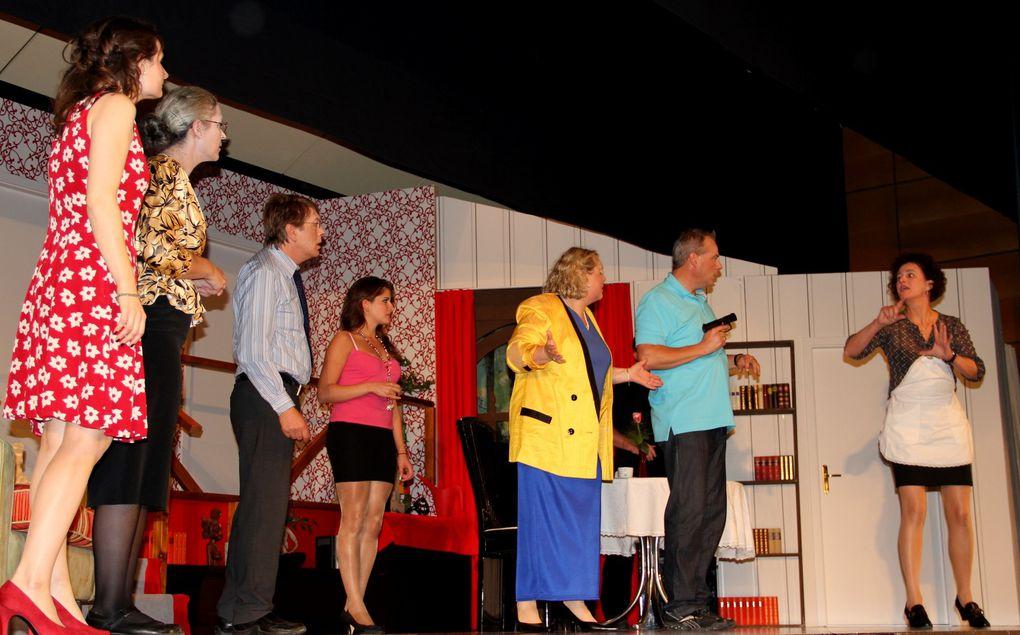 """Mit tollen schauspielerischen Leistungen begeisterten die Laien-Darsteller des Veitshöchheimer Theaters am Hofgarten die 140 Gäste bei der Premiere der Krimikömödie """"Ein gemütliches Wochenende""""  in den Mainfankensälen"""