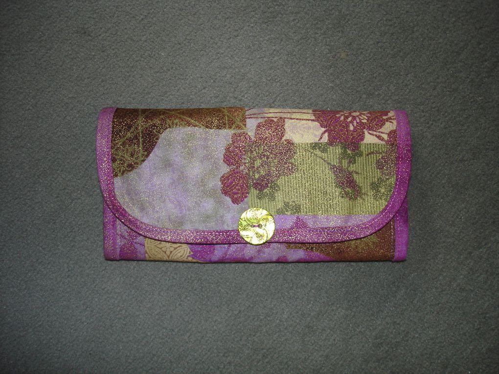 Une petite pochette qui se transforme en sac.Idéale pour le shopping ou les voyages