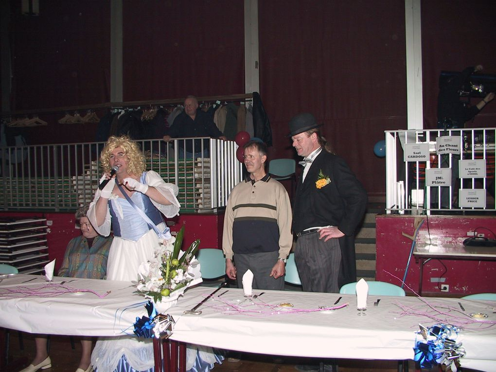 """Le 4 décembre 2004, Tergnier assistait au """" mariage du siècle"""" entre l'Amicale des Cheminots et l'association des Maqueux d'saurets, au profit du Téléthon."""