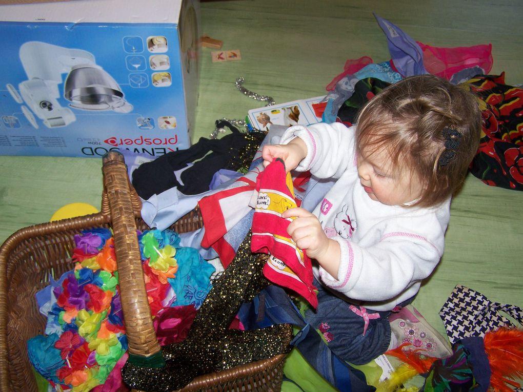 Lilou qui joue avec un panier de foulards