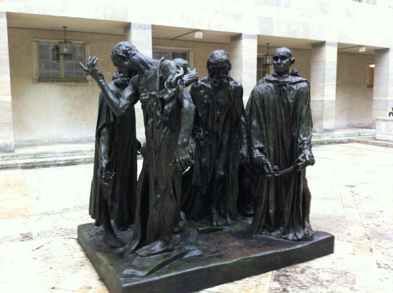 Hommages de pierres et de bronze