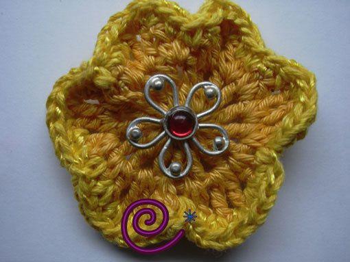 Voici quelques-unes des broches que j'ai pu créer avec différents fils, boutons ou perles (depuis 2006)