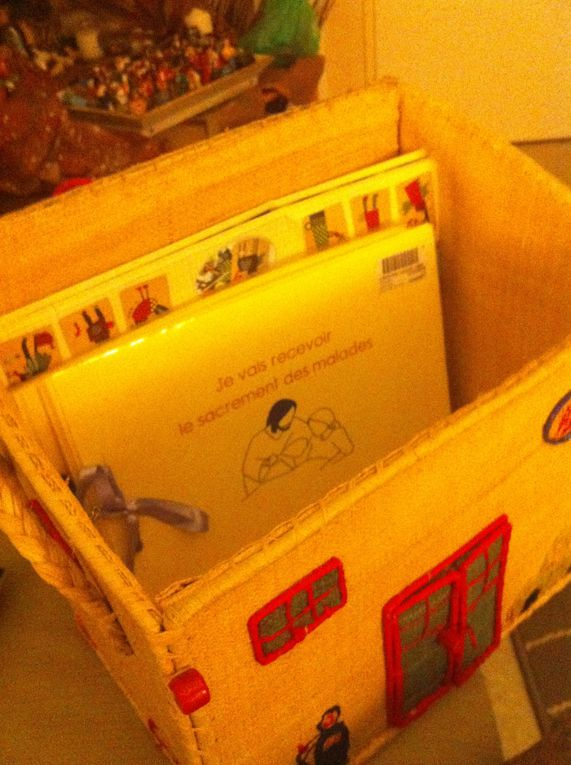 moyens nomades: boîtes qui se démontenyt, s'aplatissent, se transportent, se transforment, objets familiers , qui permettent de poser des repères familiers dans un quotidien informel et hospitalier