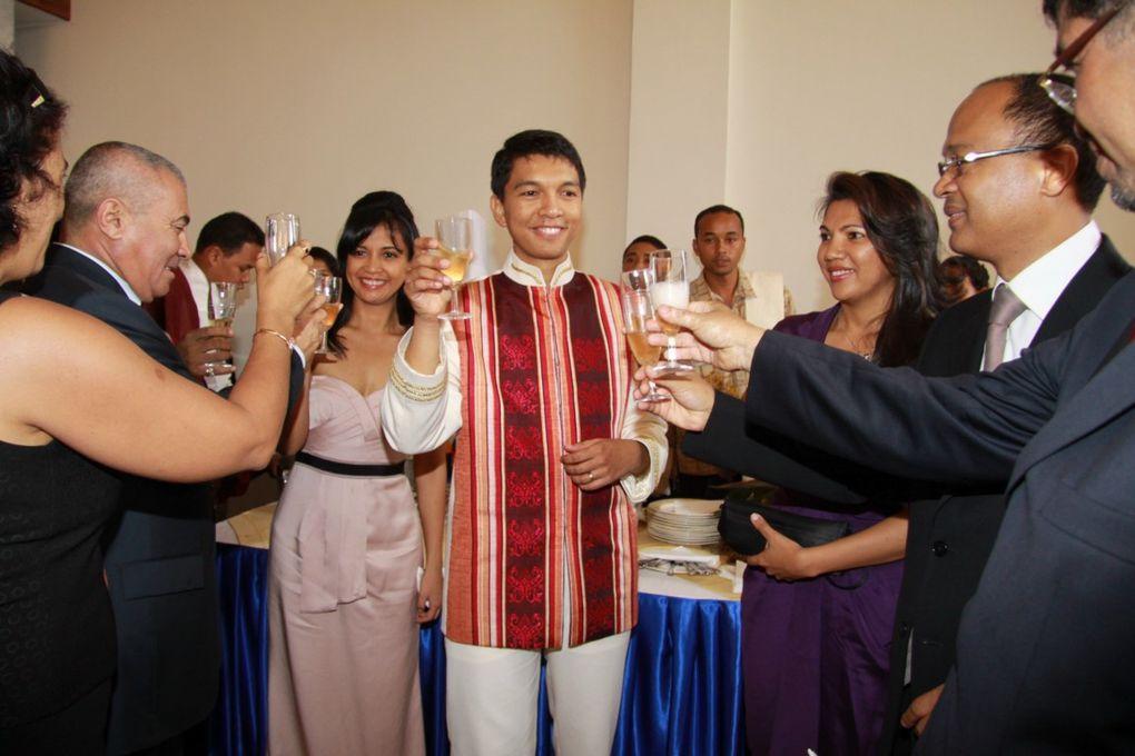 11 décembre 2010. Réinauguration de l'Hôtel de Ville d'Antananarivo. Troisième partie. Le lustre, pesant 750 kg et comprenant 200 ampoules, est un don de Mialy et Andry Rajoelina et leurs trois enfants. Photos : Serge R.