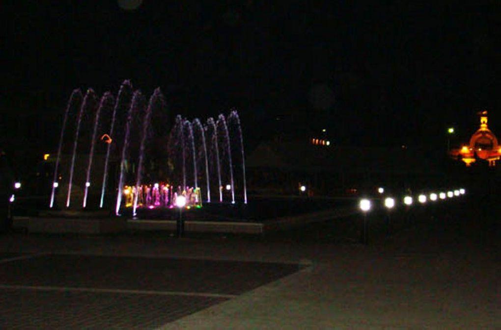 Hôtel de ville, la nuit de la Saint Sylvestre 2010. Jeux d'eau lumineuse pour le public tananarivien ébloui.