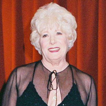 """Colette Renard fut une grande vedette de Music-Hall grâce à """"Irma la Douce"""" en 1956 qui la fit connaître du public. Elle eut beaucoup de succès dans les années 50-60 avant d'incarner Rachel dans """"Plus Belle la Vie"""" sur France 3."""