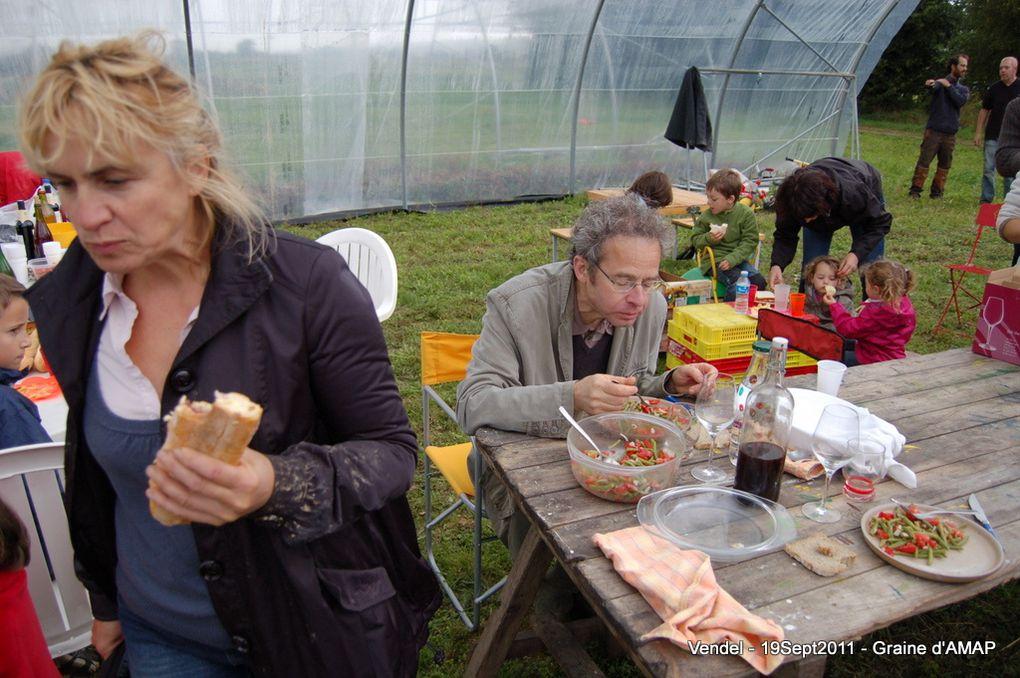 Visite de l'exploitation de Thomas à Vendel le 19 septembre 2011.Au programme :- désherbage des choux- pique-nique à l'abri de la pluie- visite de l'exploitation