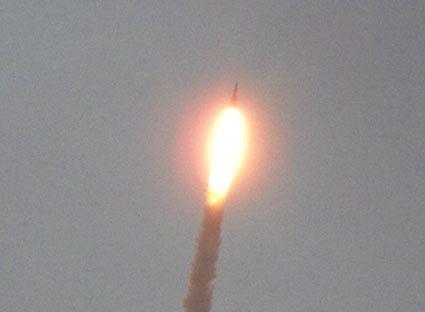 Décollage d'Ariane vol 201 depuis la plage des Roches à Kourou. Les barres rocheuses littorales sont d'excellents postes d'observation pour admirer la trajectoire parabolique de la fusée... Photos (c) Brittia Guiriec