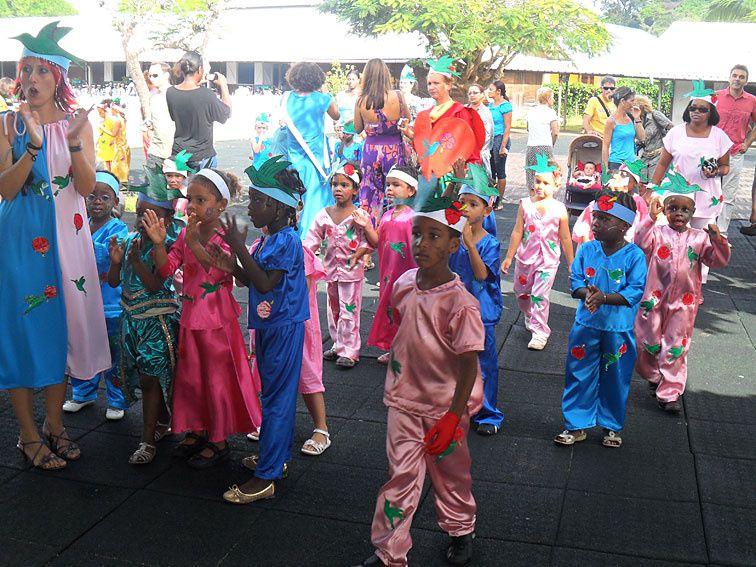 Le carnaval, c'est sacré en Guyane, même à l'école ! Défilé en couleurs, musique et bonne humeur pour toutes les classes, avec en prime un passage dans le JT du soir ! Photos (c) Brittia Guiriec