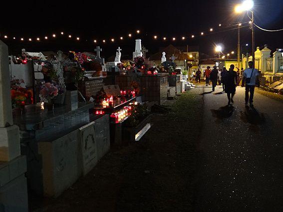 """Autre culture : en Guyane, la Toussaint est une fête """"joyeuse"""". On rend visite au sens propre à ses proches décédés et toutes les tombes s'auréolent d'une multitude de bougies et de fleurs. Une tradition enviable... Photos (c) Brittia Guiriec"""