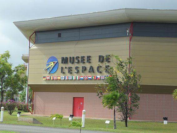 Situé à Kourou, sur le CSG, le Musée de l'espace propose de découvrir l'histoire de la conquête spatiale : maquettes, pièces d'Ariane, combinaisons de vol historiques, animations pédagogiques... Photos (c) Brittia Guiriec